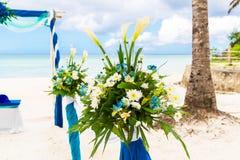 Ceremonia de boda en una playa tropical en azul El arco adornó ingenio Imagenes de archivo