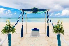 Ceremonia de boda en una playa tropical en azul El arco adornó ingenio Fotos de archivo libres de regalías