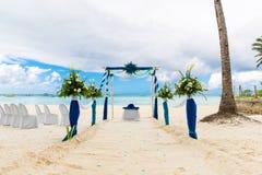 Ceremonia de boda en una playa tropical en azul El arco adornó ingenio Imágenes de archivo libres de regalías