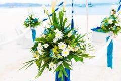 Ceremonia de boda en una playa tropical en azul El arco adornó ingenio Imagen de archivo