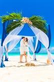 Ceremonia de boda en una playa tropical en azul Novio y Br felices Imagen de archivo libre de regalías