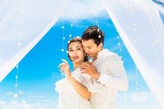 Ceremonia de boda en una playa tropical en azul Novio y Br felices Imágenes de archivo libres de regalías