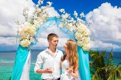 Ceremonia de boda en una playa tropical en azul Novio y Br felices Imagenes de archivo