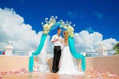 Ceremonia de boda en una playa tropical en azul Novio y Br felices Fotografía de archivo