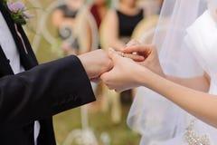 Ceremonia de boda en yarda fotografía de archivo libre de regalías