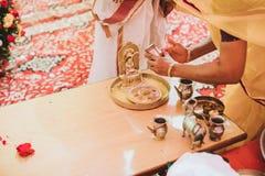 Ceremonia de boda hindú asombrosa Detalles del indio tradicional nosotros imagen de archivo libre de regalías