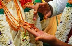 Ceremonia de boda hindú asombrosa Detalles de la boda india tradicional imagen de archivo