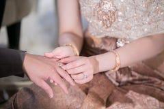 Ceremonia de boda Los anillos de bodas del intercambio de novia y del novio imagen de archivo