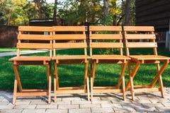 Ceremonia de boda, sillas de madera vacías de la huésped Foto de archivo libre de regalías