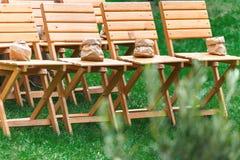 Ceremonia de boda, sillas de madera vacías de la huésped Imagenes de archivo