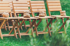 Ceremonia de boda, sillas de madera vacías de la huésped Fotos de archivo