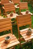 Ceremonia de boda, sillas de madera vacías de la huésped Imagen de archivo libre de regalías