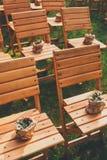 Ceremonia de boda, sillas de madera vacías de la huésped Imagen de archivo