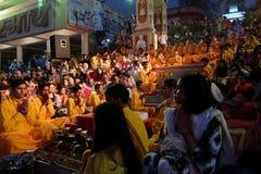 Ceremonia de Ganga Aarti en el ashram de Parmarth Niketan en la puesta del sol Foto de archivo libre de regalías