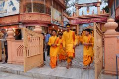 Ceremonia de Ganga Aarti en el ashram de Parmarth Niketan en la puesta del sol Rishikesh es capital del mundo de la yoga, tiene c Fotografía de archivo