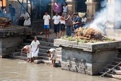 Ceremonia de la cremación en el templo de Pashupatinath. Nepal Imagen de archivo