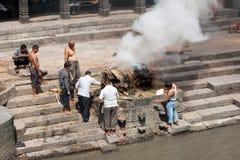 Ceremonia de la cremación en el templo de Pashupatinath Nepal, Katmandu Foto de archivo