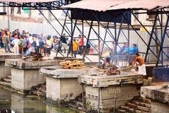 Ceremonia de la cremación en Nepal fotografía de archivo