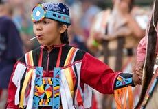 Ceremonia de la entrada de los bailarines del Powwow Imagen de archivo libre de regalías