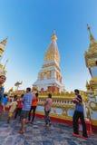Ceremonia de la gente para adorar el hermoso en Wat Phra Thatphanom Fotografía de archivo