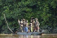 Ceremonia de la guerra de la canoa de la gente de Asmat Cazador de cabezas de una tribu de Asmat en una máscara con un o Imagen de archivo libre de regalías