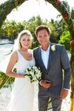 Ceremonia de la playa de Getting Married In de novia y del novio fotos de archivo