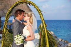 Ceremonia de la playa de Getting Married In de novia y del novio imagen de archivo libre de regalías
