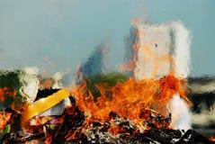 ceremonia de lanzar alma de purgatorio - encienda el pape de la quemadura de la llama Imagen de archivo libre de regalías