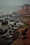 Ceremonia de las ofrendas del río Ganges, Varanasi la India Foto de archivo