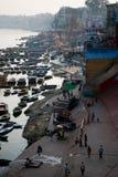 Ceremonia de las ofrendas del río Ganges, Varanasi la India Fotografía de archivo