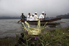 Ceremonia de Melasti en el lago Beratan Fotos de archivo libres de regalías