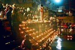 Ceremonia de Puja del río de Ganges, Varanasi la India Foto de archivo