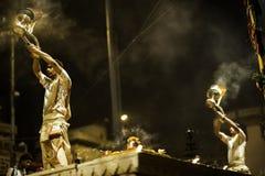 Ceremonia de Puja del río de Ganges, Varanasi la India Foto de archivo libre de regalías