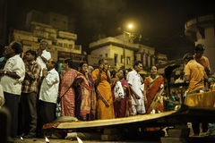 Ceremonia de Puja del río de Ganges, Varanasi la India Imágenes de archivo libres de regalías