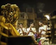 Ceremonia de Puja del río de Ganges, Varanasi la India Imagenes de archivo