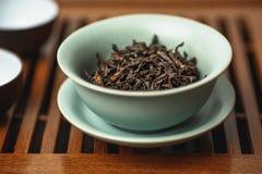 Ceremonia de té china, té del oolong del pao de DA hong en gaiwan o taza de té fotografía de archivo libre de regalías