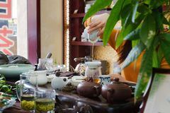 Ceremonia de té en el restaurante chino, preparando té verde imagen de archivo libre de regalías