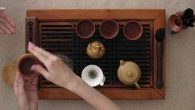 Ceremonia de té, una pequeña taza de té fragante en un soporte dar a disposición Visi?n superior metrajes