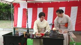 Ceremonia de té verde japonesa en el jardín almacen de metraje de vídeo