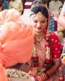 Ceremonia del milap de Hast en la boda india - la India Ahmadabad imágenes de archivo libres de regalías