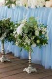 Ceremonia elegante, de moda del arco de la boda adornada con diversas flores azules y del blanco Fondo del diseño floral?, contex Foto de archivo libre de regalías