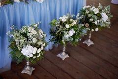 Ceremonia elegante, de moda del arco de la boda adornada con diversas flores azules y del blanco Fondo del diseño floral?, contex Fotos de archivo libres de regalías