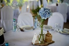 Ceremonia elegante, de moda del arco de la boda adornada con diversas flores azules y del blanco Fondo del diseño floral?, contex Imágenes de archivo libres de regalías