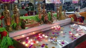 Ceremonia en un templo en Samut Prakan, Tailandia en 2015 metrajes