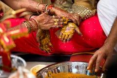 Ceremonia india del color de la mano de la boda Imágenes de archivo libres de regalías