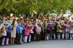(1) ceremonia kwitnie uczni Wrzesień Solenna władca ucznie w szkolnym jardzie Zdjęcie Stock