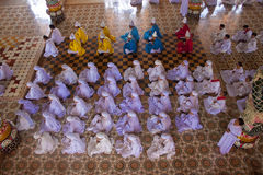 Ceremonia religiosa en Cao Dai Temple Imágenes de archivo libres de regalías