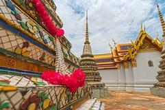 Ceremonialne kwiat dekoracje wokoło pagody przy Wata Pho świątynią Obraz Royalty Free