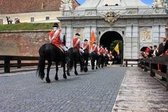 Ceremonie bij het kasteel met middeleeuwse militairen Stock Foto