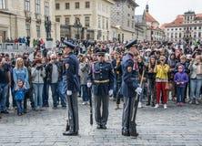 Ceremonie van het veranderen van de wacht van eer Praag, de Woonplaats van de President van de Tsjechische Republiek stock foto